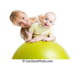 pelota, gimnástico, ella, bebé, madre, diversión, teniendo