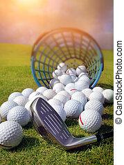 pelotas de golf, el verter, afuera, de, cesta, en, pasto o césped