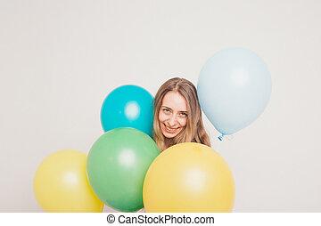 pelotas, niña, globos, blanco, cumpleaños, multicolor, mirar, fondo., esperar, cámara, estudio, atractivo, entre, retrato, cara sonriente, fiesta., rubio