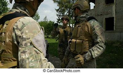 peloton, commandant, closeup, écoute, pendant, briefing, militaire, opération, ordres, avant