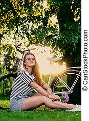 pelouse, brunette, ensoleillé, park., femme, assied