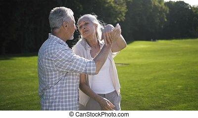 pelouse, danse, accouplez dehors, personne agee, vieilli, heureux