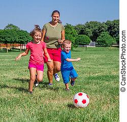 pelouse, elle, football, jeu, deux, fils, maman