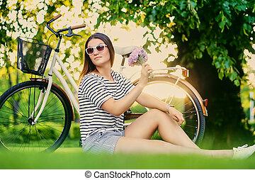 pelouse, femme, brunette, ensoleillé, assied, park.