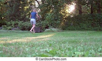 pelouse, femme, jardin, fauchage, résidentiel, evening., ensoleillé, dos, 4k