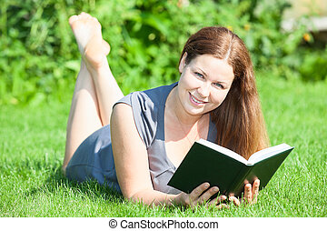 pelouse, femme, main, regarder, appareil photo, joli, livre, mensonge