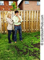 pelouse, intéressé, couple, sur