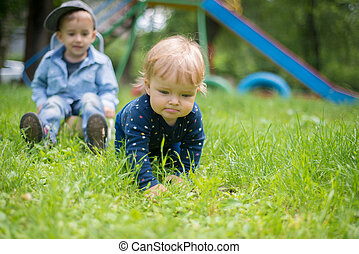pelouse, jouer, deux enfants
