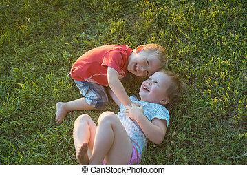 pelouse, jouer, vert, deux enfants