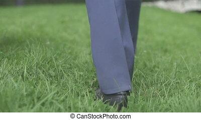 pelouse, marche, noir, chaussures, homme