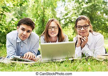pelouse verte, groupe, enfants, étudier
