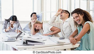 pendant, équipe, business, rire, réunion occasionnelle