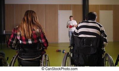 pendant, boccia, deux, fauteuils roulants, jeu, joueurs
