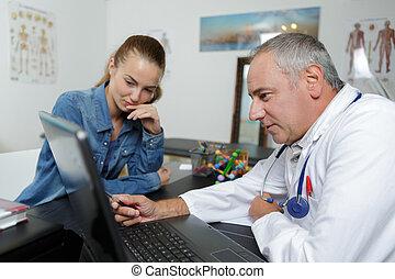 pendant, consultation, patient, docteur féminin