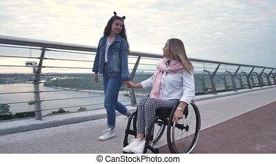 pendant, fauteuil roulant, heureux, promenade, maman, fille