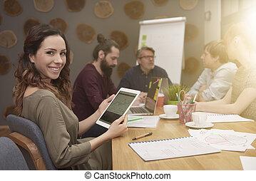 pendant, femme souriante, réunion, business