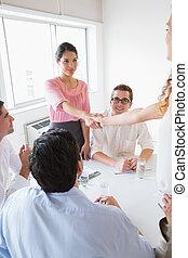 pendant, femmes affaires, mains secouer, réunion