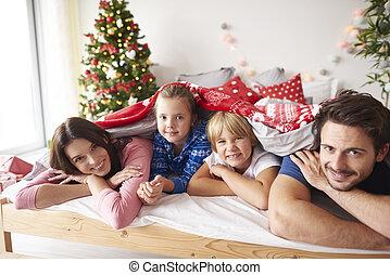 pendant, noël, lit, portrait famille