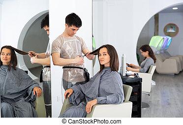 pendant, salon, cheveux, coupures, femme, client, beauté