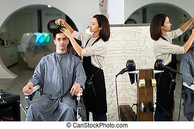 pendant, salon, cheveux, homme, coupure, client, coiffeur