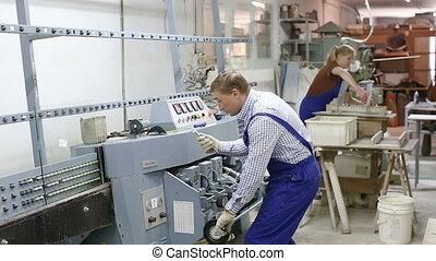 pendant, travail, mâle, quotidiennement, verre, vitrier, expérimenté, usine