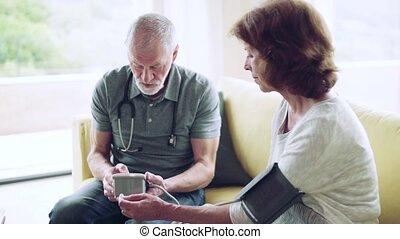 pendant, visit., visiteur, femme aînée, santé, maison