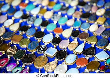 pendentes, coloridos