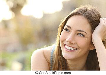 pensée femme, obliquement, regarder, dents, blanc