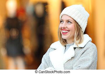 pensée femme, regarder, centre commercial, au-dessus, heureux