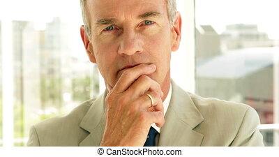 pensée, homme affaires, regarder, appareil photo