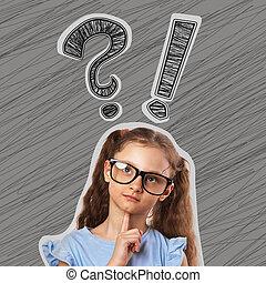 pensée, mignon, petit, gosse, girl, dans, lunettes, à, question, et, exclamation, signes, au-dessus, tête, sur, gris, arrière-plan.