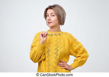 pensamento mulher, suéter, amarela, olhar, câmera, óculos