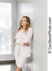 pensamiento, mujer de negocios que está de pie, pasillo