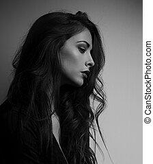 pensando, depressão, mulher bonita, perfil, olhar, infeliz, com, cabelo longo, ligado, escuro, experiência., preto branco, portrait., arte