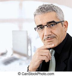 pensando, homem negócios, maduras