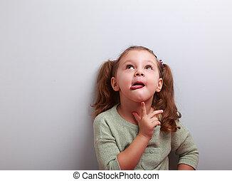 pensando, mostrando, cima, olhar, pequeno, língua, criança