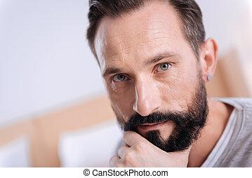 pensando, sério, escuro-haired, grey-eyed, homem