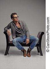 pensare, di, il, future., bello, giovani uomini, in, occhiali, seduta, su, il, sedia, e, osservare via, mentre, isolato, su, grigio