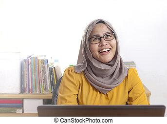 pensare, lavorativo, donna d'affari, gesto, musulmano, ufficio, laptop