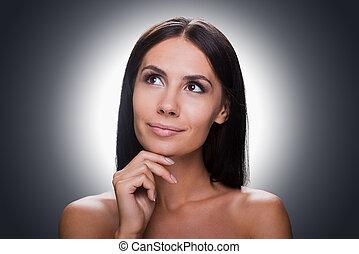 pensativo, beauty., retrato, de, pensativo, joven, shirtless, mujer mirar, lejos, y, llevar a cabo la mano, en, barbilla, mientras, posición, contra, gris, plano de fondo