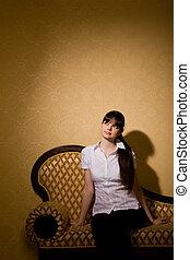 pensativo, bonito, mulher jovem, morena, assento mulher, ligado, sofá, em, sala