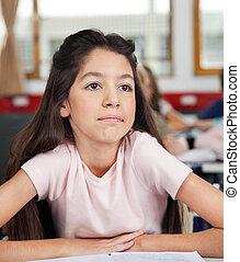 pensativo, colegiala, el mirar lejos, mientras, sentar escritorio