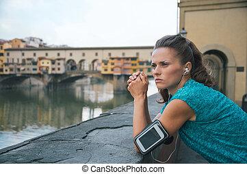 pensativo, condición física, mujer estar de pie, delante de, ponte vecchio, en f