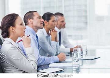 pensativo, coworkers, escutar, para, apresentação