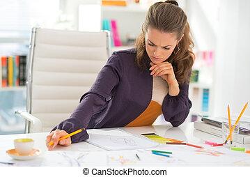 pensativo, desenhista moda, trabalhando, em, escritório