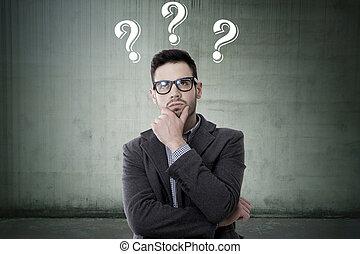 pensativo, hombre, con, preguntas