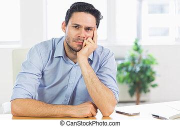 pensativo, hombre de negocios, en el escritorio