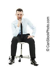 pensativo, hombre de negocios, se sentar sobre el sillón de la presidencia