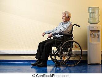 pensativo, hombre mayor, en, sílla de ruedas, en, clínica...