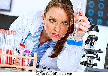 pensativo, médico médico, mujer, en, laboratorio, analizar, resultados, de, prueba médica